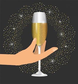 Рука с бокалом шампанского, чтобы отпраздновать новый год