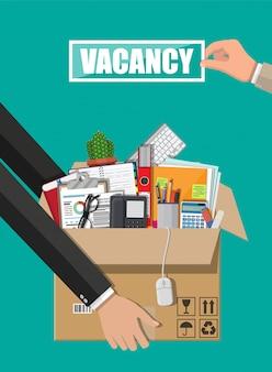 Рука с знаком вакансии. коробка с канцелярскими товарами.