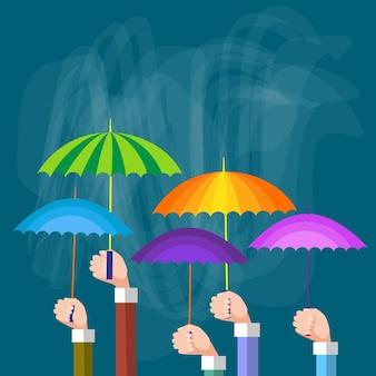 Руки группы холдинг красочные зонтики, концепция поддержки
