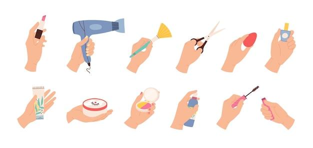 Руки держат косметику. женский парикмахер и стилист рука с ножницами, феном и косметическими продуктами, лаком для ногтей и кремами, векторным набором. иллюстрация руки с инструментами для ухода за макияжем