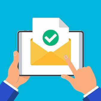 Руки держат планшетный пк с открытой страницей листа бумаги документа конверта