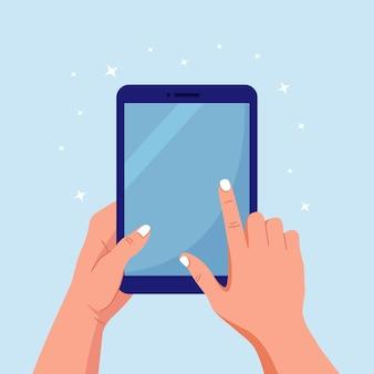Руки, держа и указывая на цифровой планшетный пк. человек трогает пустой экран планшетного компьютера