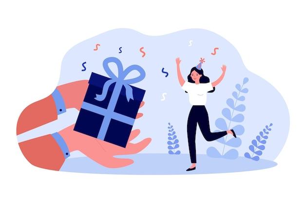 파티 모자를 쓴 행복한 여성을 위한 거대한 선물 상자를 들고 있는 손. 생일 선물 평면 벡터 일러스트 레이 션을 받는 소녀. 배너 또는 방문 웹 페이지에 대한 생일, 축하, 쇼핑 개념