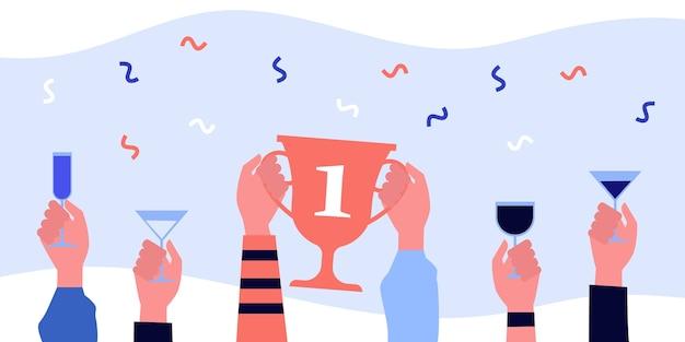 한 자리 또는 안경 황금 컵을 들고 손. 음료, 경연 대회, 챔피언 그림. 배너, 웹 사이트 또는 방문 웹 페이지에 대한 축하 및 우승 개념