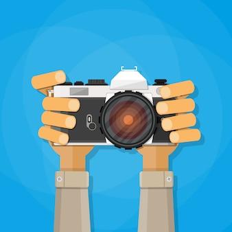 写真のカメラを保持している手。