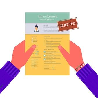 拒否されたスタンプで履歴書を持っている手。インフォグラフィックデザインでフェミニンな履歴書。就職の面接のために設定されたスタイリッシュなcv。採用マネージャーのコンセプト