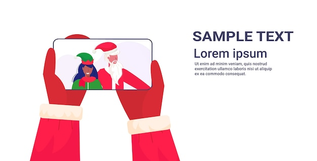 화면 크리스마스 휴일 축 하 개념 온라인 모바일 앱 초상화 복사 공간 그림에 아프리카 계 미국인 여성 엘프 도우미와 스마트 폰 산타 클로스를 들고 손