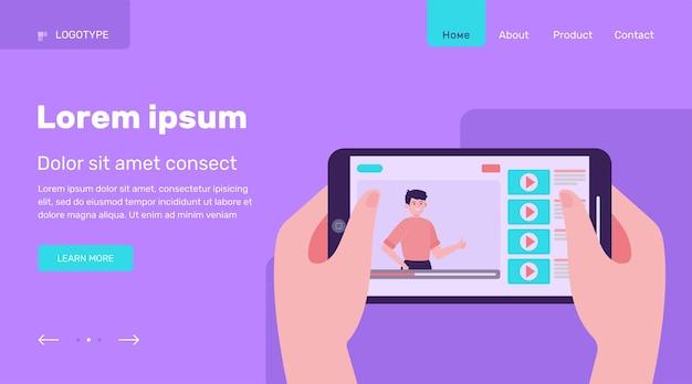 オンラインビデオとスマートフォンを持っている手。携帯電話、タブレット、映画フラットベクトルイラスト。エンターテインメントとデジタルテクノロジーのコンセプトのウェブサイトのデザインまたはランディングウェブページ