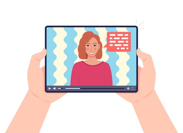 화면에 비디오 온라인 웹 세미나와 함께 태블릿을 들고 손. 비디오에 얘기하는 여자. 온라인 학습, 전자 학습 개념.