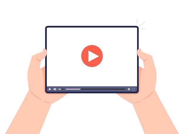 화면에 비디오 플레이어와 태블릿을 들고 손입니다. 비디오 마케팅 개념 튜토리얼, 강의, 컨퍼런스, 웨비나