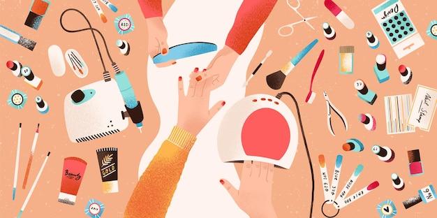 マニキュアを行うネイリストの手と、ネイルケア用のツールや化粧品に囲まれた顧客またはクライアント、上面図。