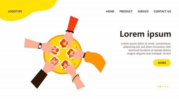 Руки людей берут пончики из подноса круга
