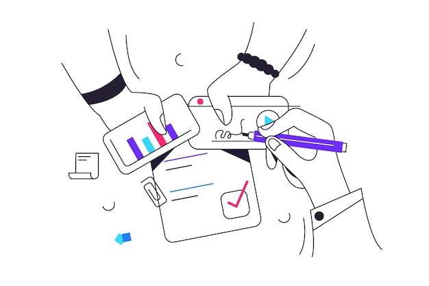 Руки рабочих заняты будущим проектом, рука пишет ручкой на карточке, руки держат карточки