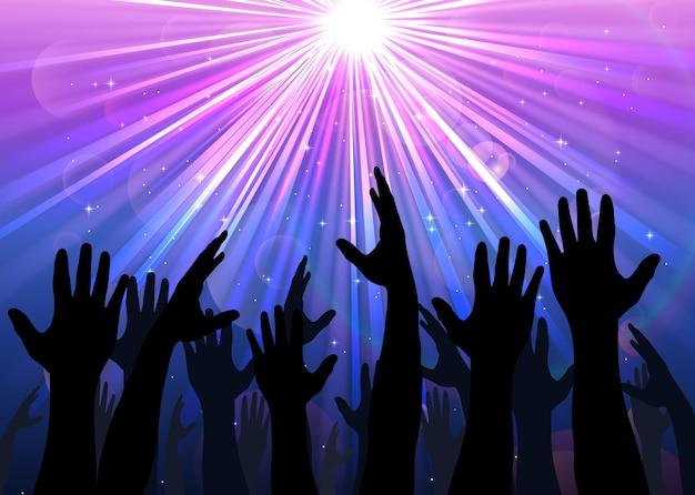 Руки, поднятые от людей со светлыми красочными