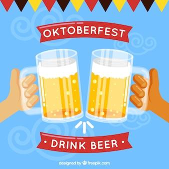 Руки поджаривания и празднования с пивом
