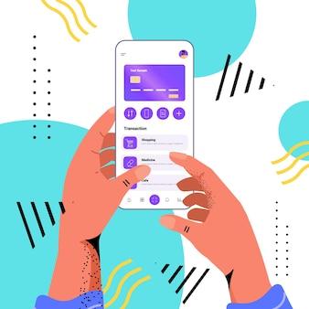 Руки, использующие мобильное банковское приложение с кредитной картой на экране смартфона, финансовое приложение для электронных платежей