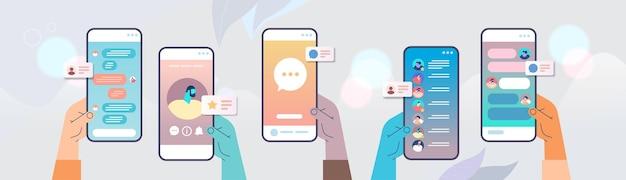 스마트 폰 화면에서 모바일 채팅 앱을 사용하는 손 온라인 커뮤니케이션 이야기 대화 대화 개념 수평 벡터 일러스트 레이션