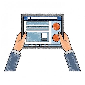 Руки, использующие планшет для проверки писем в социальных сетях