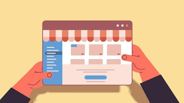 タブレットインターネットビジネスeコマースデジタルマーケティングオンラインショッピングの概念でwebアプリケーションを使用する手