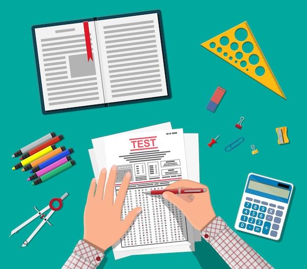펜 채우기 설문 조사 또는 시험 양식을 가진 손. 답변 된 퀴즈 논문, 교육 시험이있는 시트 더미. 체크리스트 또는 설문지 문서