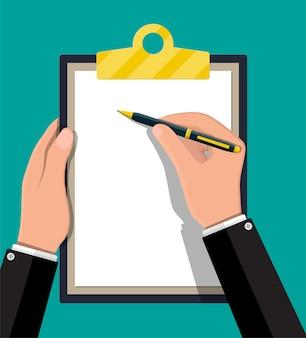 종이의 빈 시트와 클립 보드를 들고 펜으로 손.