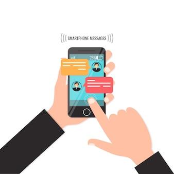 Руки с интерфейсом smartphone и чата, концепцией посыльного sms.