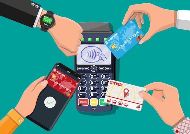 Руки с транспортной картой, смартфоном, умными часами и банковской картой возле pos-терминала. беспроводные, бесконтактные или безналичные платежи, rfid nfc. векторная иллюстрация в плоском стиле