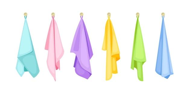 걸려있는 목욕 수건. 욕실용 만화 드라이 클리닝 품목, 손으로 그린 귀여운 컬러 섬유 직물, 흰색 배경에 격리된 스파 품목의 벡터 그림