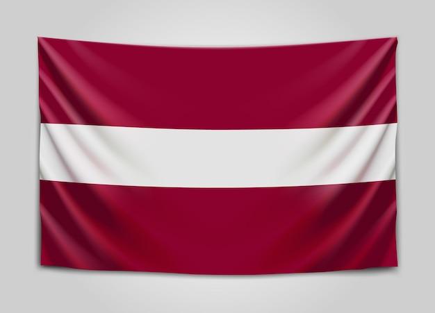 라트비아의 국기를 걸려. 라트비아 공화국. 라트비아어 국기.