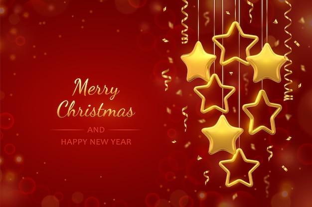 赤い背景に紙吹雪と金色の星をぶら下げます。コピースペース付きのクリスマスグリーティングカード。