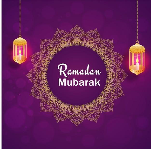 Подвесные освещенные фонари и текст рамадан мубарак на фиолетовом фоне.