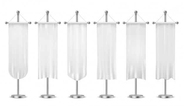 ペナントをぶら下げ。空白の白いペナントバナー、スポーツテキスタイル広告の旗、旗竿のモックアップに垂直のキャンバス