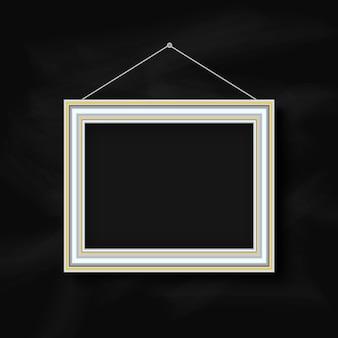 黒板の背景に絵のフレームを吊るす