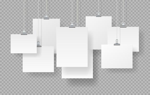 ポスターをぶら下げます。現実的な空白のフォトフレームのモックアップ、透明な背景に分離された白い空の看板。ベクトルイラストは、影が設定された紙の看板をモックアップします。