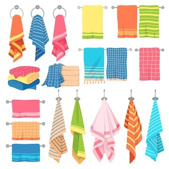 ハンギングタオル。生地の柔らかい色の新鮮なテキスタイルキッチンまたはバスタオルを、市松模様のきれいな積み重ねられた要素で分離して吊るす