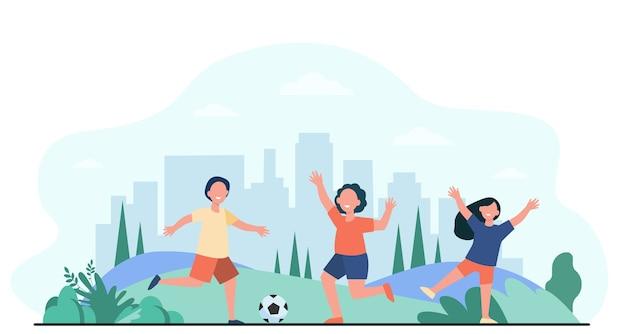 幸せなアクティブな子供たちが屋外でサッカーをするフラットベクトルイラスト。サッカーボールで走っている漫画の子キャラクター。スポーツゲームと遊び場のコンセプト