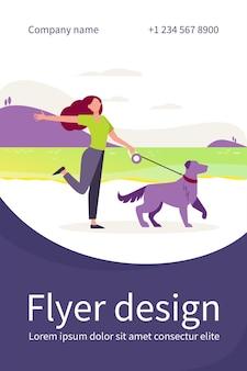 야외에서 가죽 끈에 개를 산책하는 행복 한 활성 여자. 호수, 풍경, 물 평면 플라이어 템플릿 근처 애완 동물을 가진 소녀