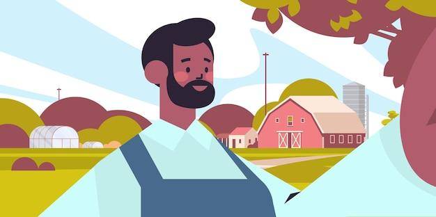 スマートフォンのカメラマンで自分撮りをしている幸せなアフリカ系アメリカ人の農夫は、自己写真農地の背景の水平方向の肖像画のベクトル図を作成します。