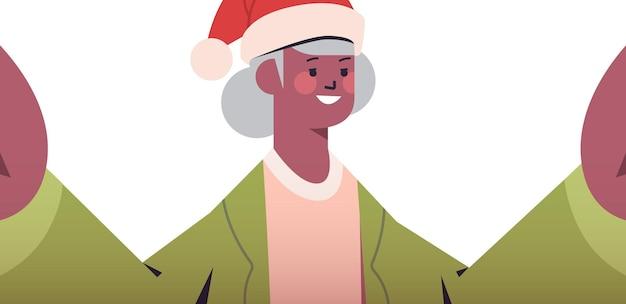 カメラを保持し、selfie新年クリスマス休暇お祝いコンセプト横向きの肖像画ベクトル図を撮ってサンタ帽子で幸せなアフリカ系アメリカ人の年配の女性