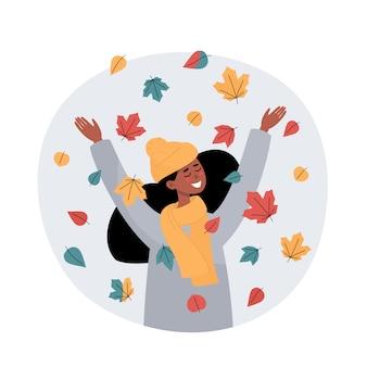 Счастливая африканская женщина бросает листья и улыбается