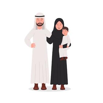 幸せなアラビア家族の両親と息子が一緒に
