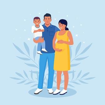함께 서 있는 행복한 대가족. 임신한 엄마, 아빠와 아이. 그룹으로 모인 웃는 친척