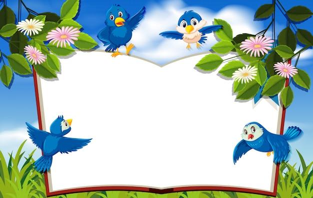 Счастливая птица в природе пустой фон