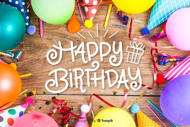 Iscrizione di buon compleanno con palloncini colorati