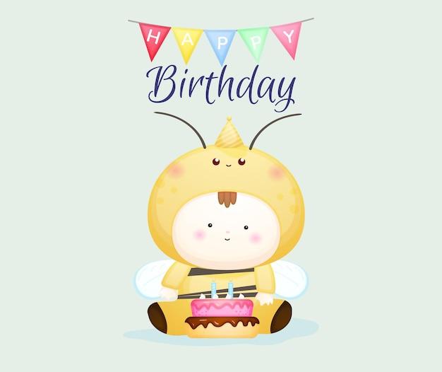 꿀벌 의상을 입은 귀여운 아기와 함께 생일 축하합니다. 마스코트 만화 일러스트 프리미엄 벡터