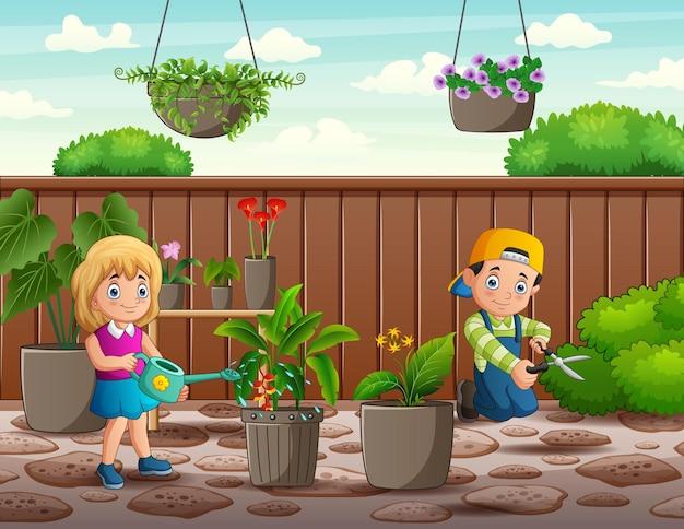 庭で働く幸せな男の子と女の子
