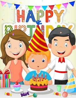 Счастливый мальчик дует свечи рождения с семьей