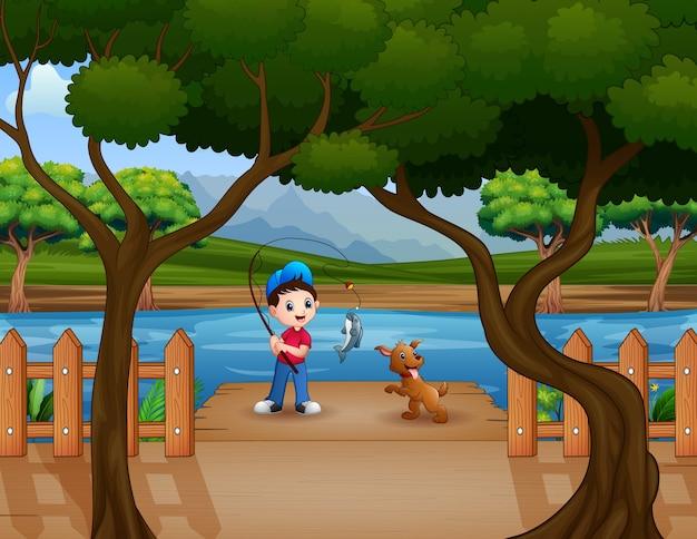 Счастливый мальчик рыбалка на деревянном пирсе