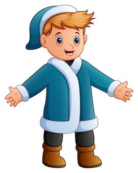 青い冬の服のハッピーボーイ