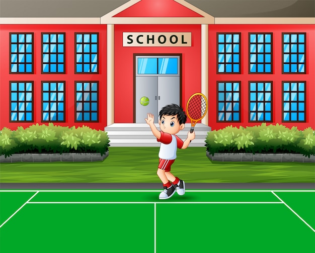 Счастливый мальчик играет в теннис на корте